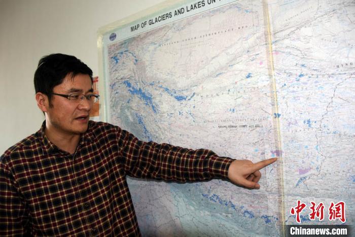 张国庆介绍变化明显的色林错在青藏高原位置。 孙自法 摄