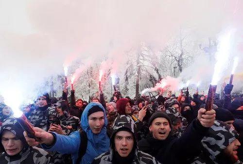 11月26日,在乌克兰基辅,人们参添抗议示威运动声援乌海军。新华社/路透