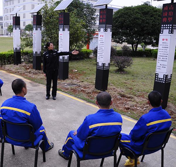 民警为艾滋病戒毒人员开展成功典型哺育。