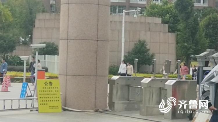 涉事福州外语外贸学院正门进出入门禁,只能议决刷脸进出