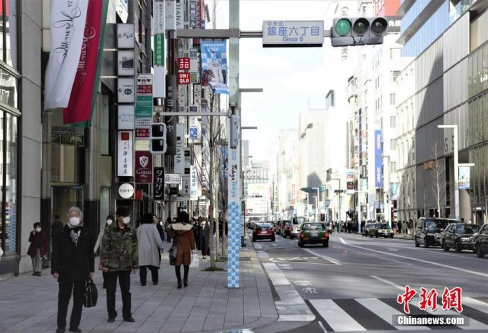 原料图:图为日本东京街头过马路的走人。中新社记者 吕少威 摄