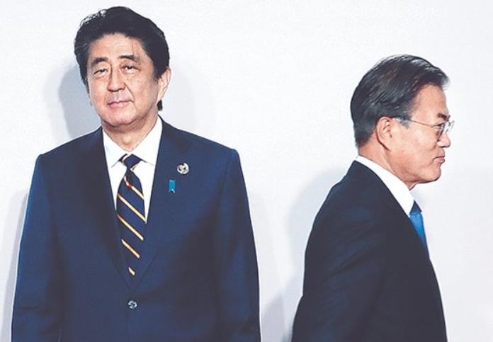 G20大阪峰会期间,安倍与文在寅握手8秒后各自离开。(韩国《中央日报》)