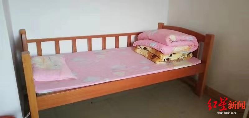 ▲受害女孩刘某在茂名福利院的床铺