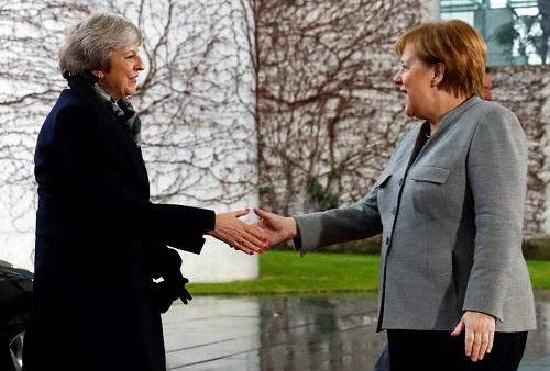 默克尔(右)11日在柏林会见到访的特雷莎·梅(路透社)