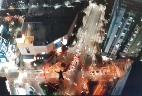 俄罗斯人从韩国42层楼跳下的画面(youtube)