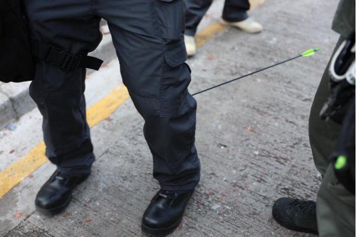 (警察传媒联络队一队员被箭射中小腿,图源:香港警察脸书)