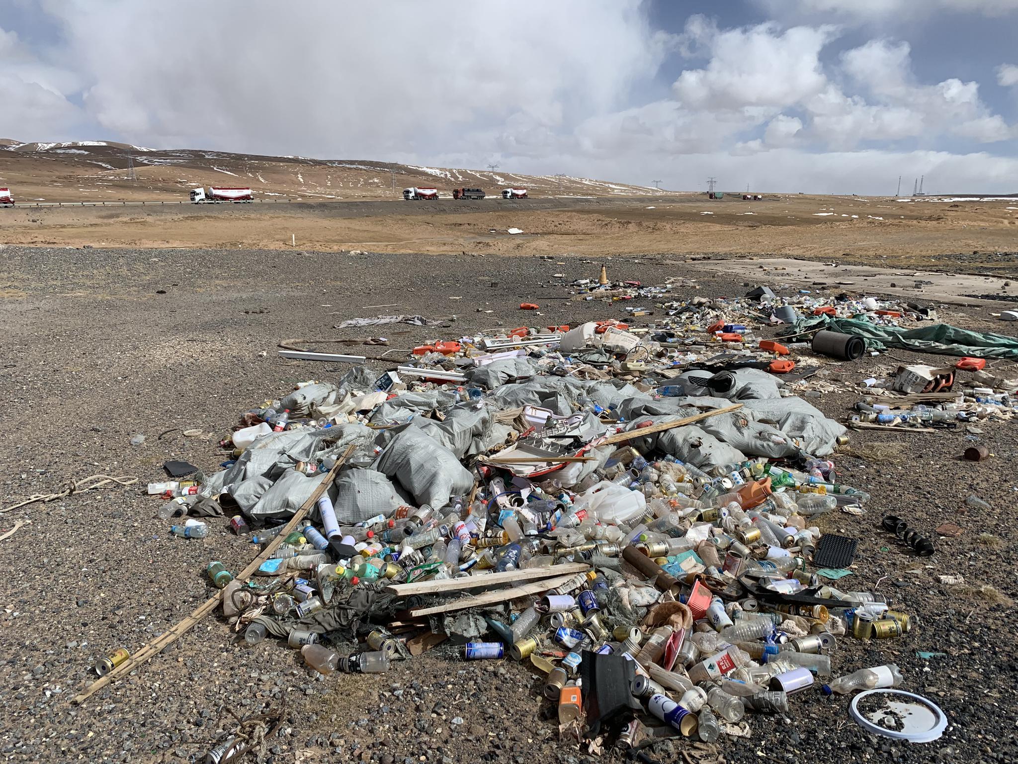 注:青藏公路,在3018公里牌的路牌附近的垃圾,2019年8月5日,金冠時 攝。   青藏公路為109國道的一部分,109國道全長3922千米。