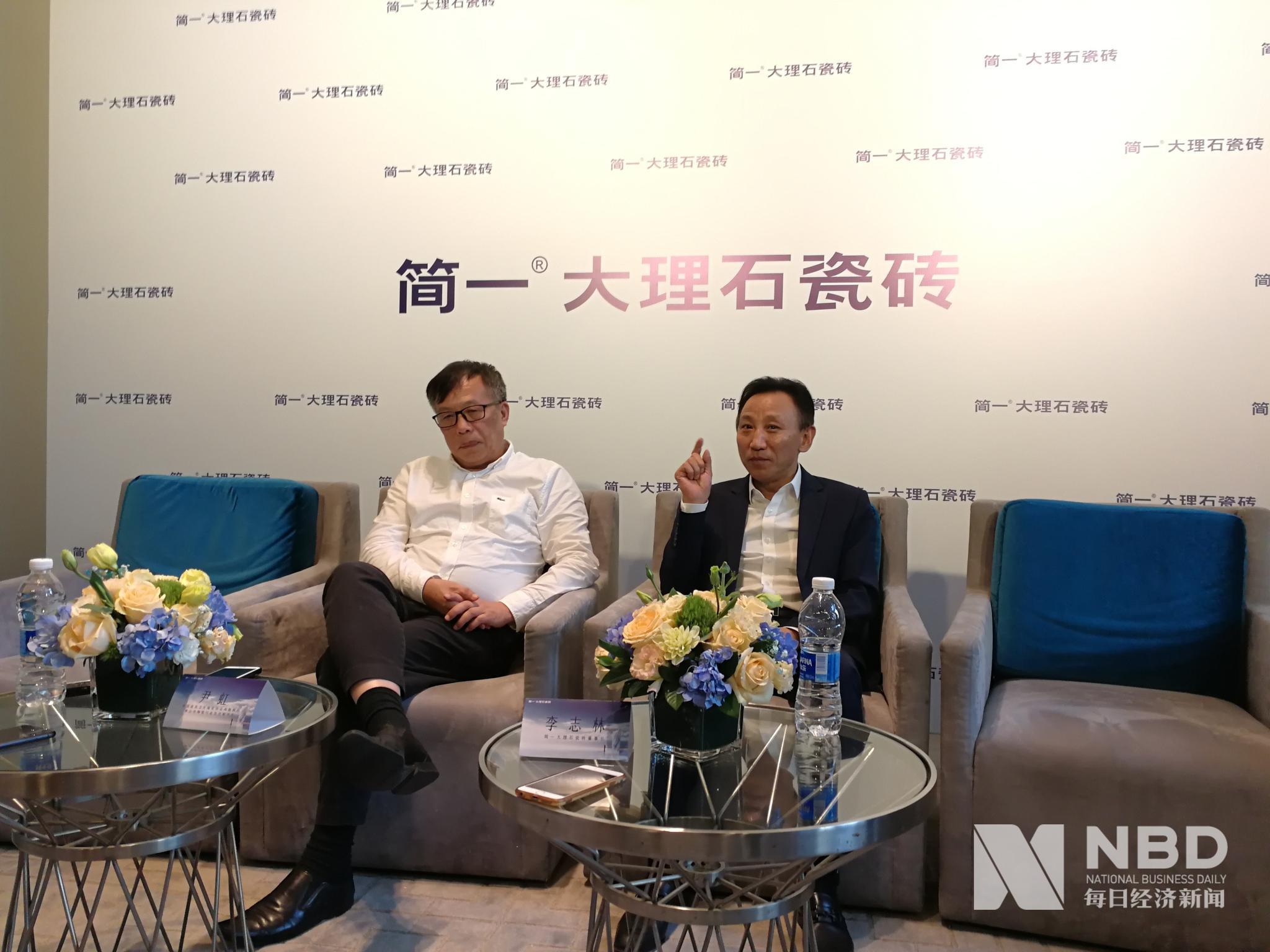 佛山市陶瓷行业协会秘书长尹虹(左一),简一大理石瓷砖董事长李志林(右一)接受媒体采访