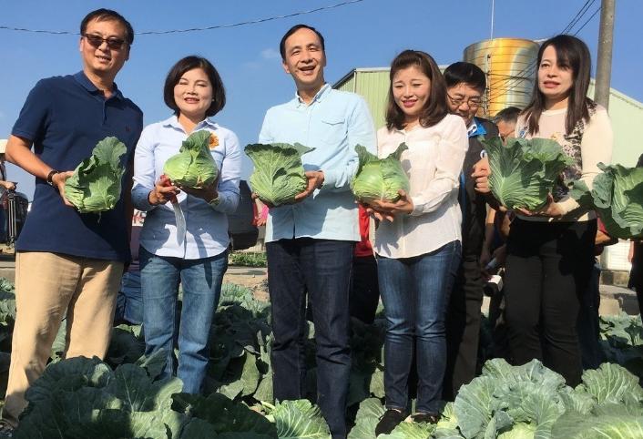 下乡买菜!朱立伦2020台湾地区领导人选举首手式?(图片来源:台湾《说相符报》)