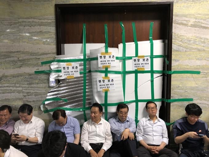 自由韩国党议员死守会场(《韩民族》)