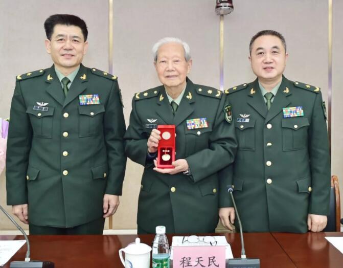程天民院士被授予胜利功勋荣誉章