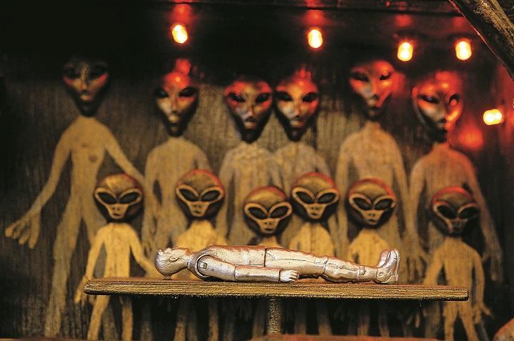 """2011年美国最大的民间UFO研究机构""""MUFON""""召开的研讨会上展示的跟外星人有关的艺术作品。图据《新闻周刊》"""