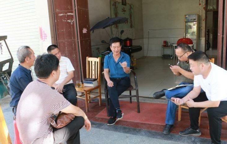 志愿者在邵东走访,了解黄海龙烈士相关情况。受访者供图