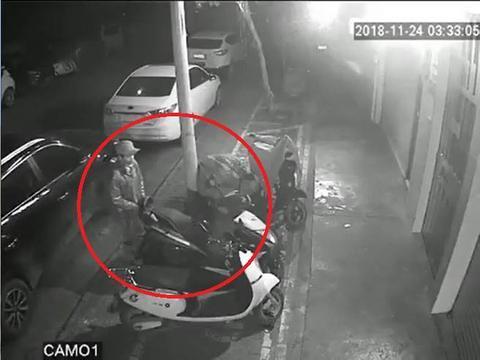 盗贼轻轻拉了一下摩托车后尾,推想重量。(Youtube视频截图)