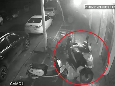 盗贼将摩托车扛首来后,快捷脱离现场。(Youtube视频截图)