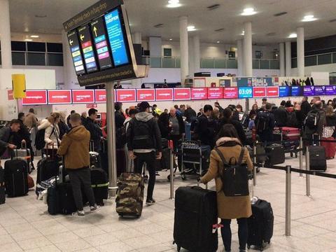 盖特威克机场关闭导致乘客滞留(自力报)