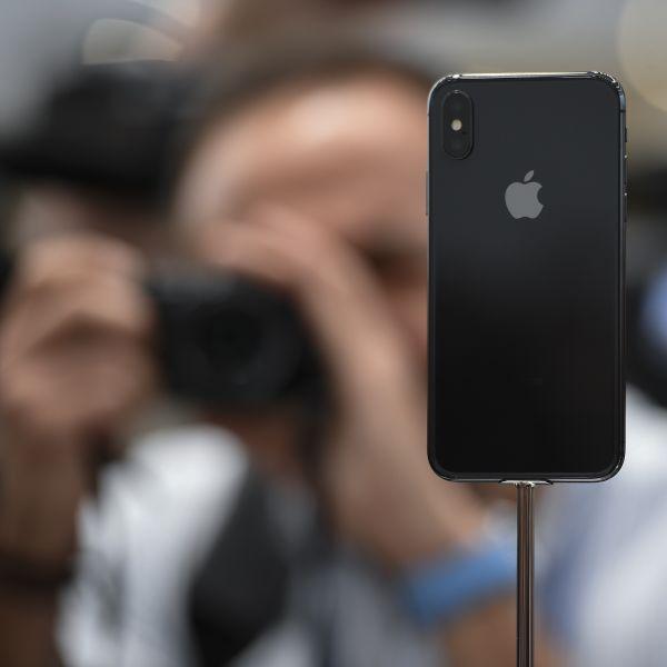 iPhone手机。
