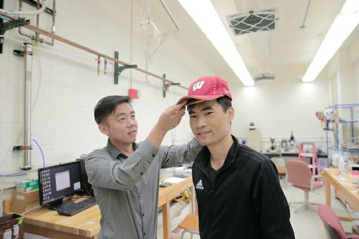 王旭东在测试自己研发的'生发帽'。 图片来自:wisc