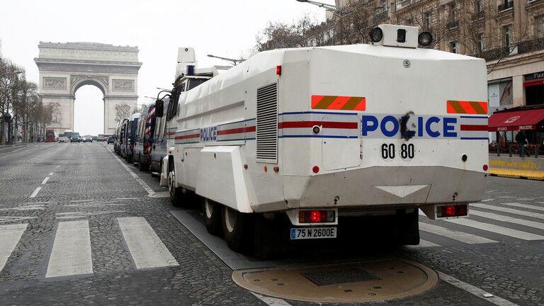 当地时间3月23日,巴黎市中心的香榭丽舍大街除了警察,几乎空无一人。 来源:路透社