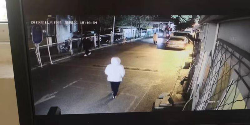 王钰敏19日晚上和姐姐散步时监控影像。受访者供图
