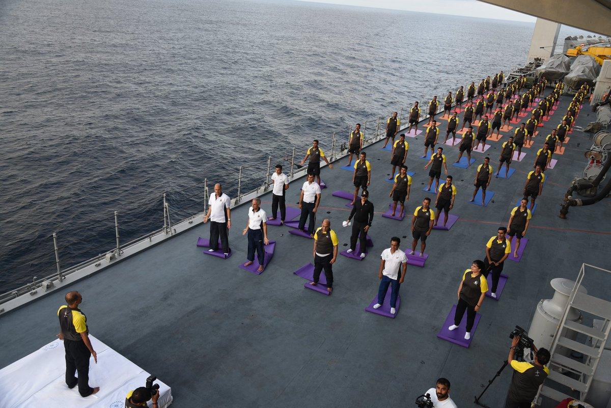 辛格和航母上的水兵一同练瑜伽
