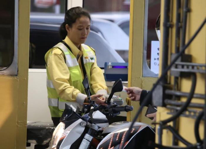 隧道收费员暂时要用手提八达通机收款。图片来源:香港《大公报》记者摄
