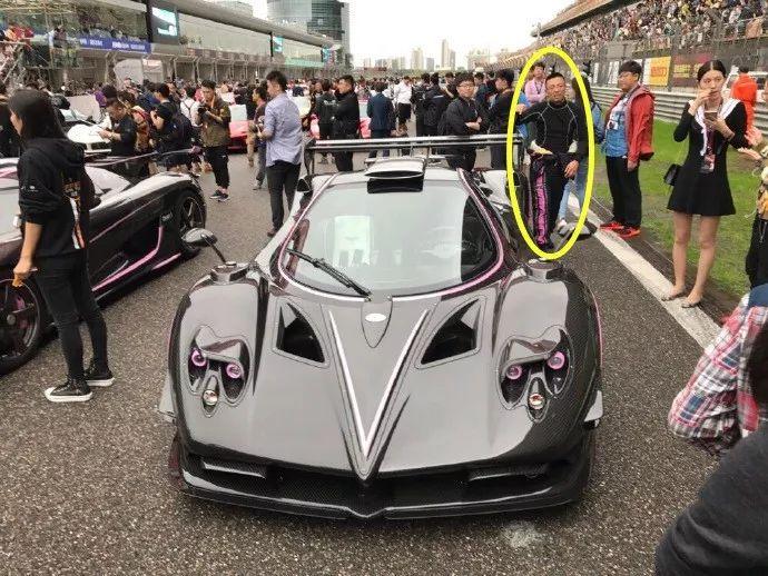尹喜地(黄圈内)参加中国顶级跑车聚会。