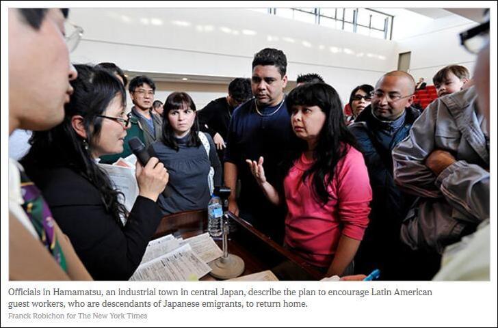 《纽约时报》报道截图:日本地方官员一向自拉美的日裔劳工讲解归国计划
