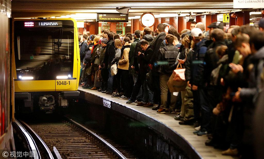 12月10日,德国铁路工人停工,大批乘客通勤受阻挤满车站 @视觉中国