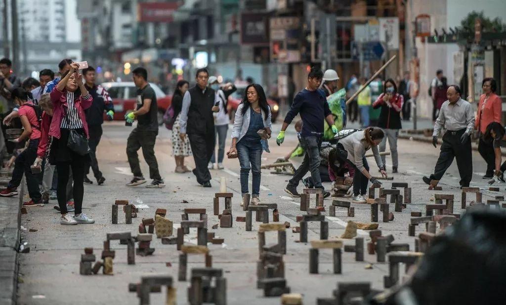 11月15日清晨,香港民众自发上街清理暴徒设置的路障,帮助香港尽快恢复交通秩序(图片源于东方IC)