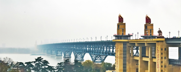 图说:南京长江大桥雨中雄姿。视觉中国