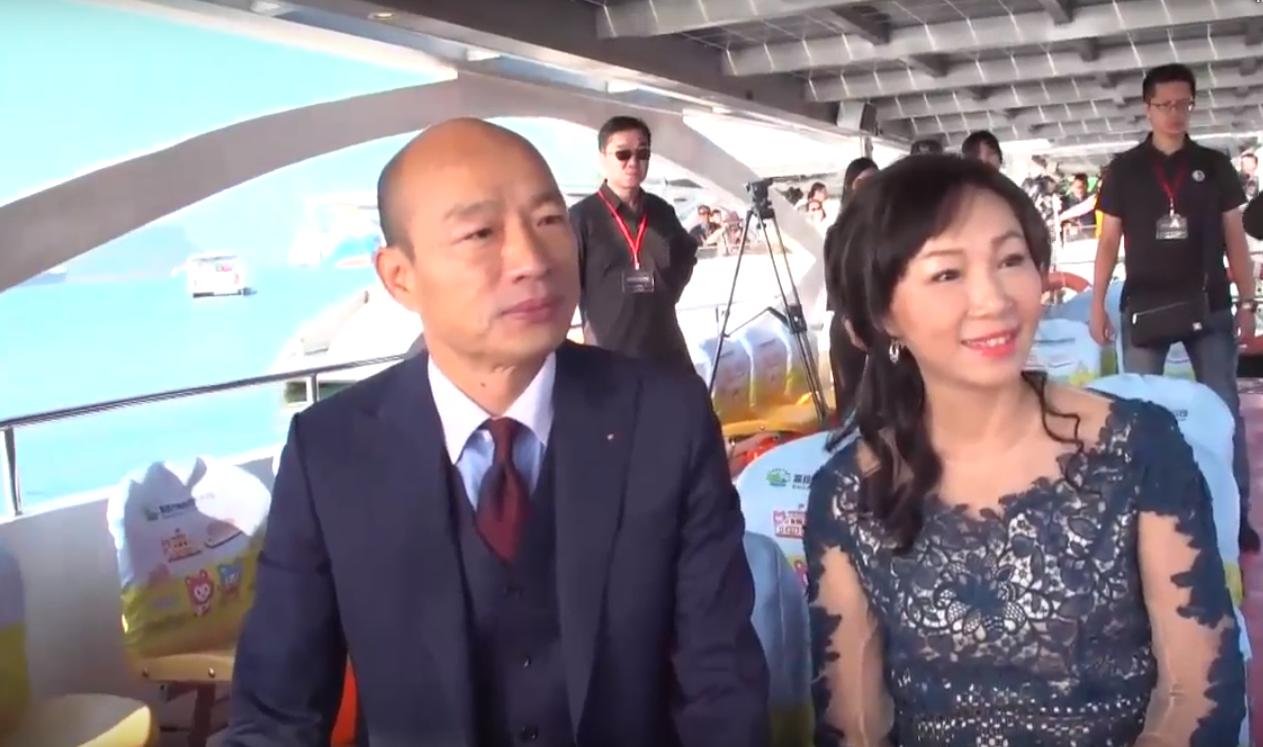 """高雄市长韩国瑜及夫人李佳芬乘坐喜欢河""""喜欢之船""""到达就职典礼现场 截图来自说相符信息网"""