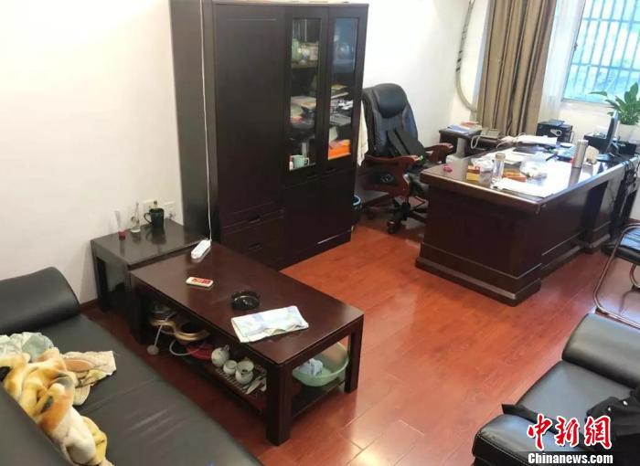 顾越生前的办公室还是以往的样子,如今空无一人。 王敬 摄
