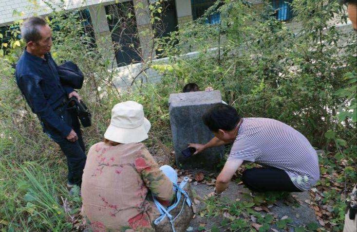 志愿者在湖南邵东一小学校园内发现黄海龙烈士墓。受访者供图