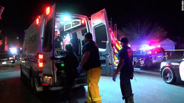 (伤者被送上急救车。图源:CNN)