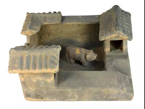 图为汉代的陶猪圈,由受访者提供