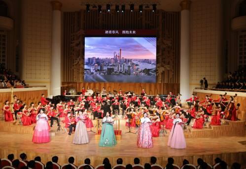 11月2日晚,朝鲜三池渊管弦乐团在新落成的三池渊管弦乐团剧院举行精彩文艺演出,当天下午抵达平壤的中国文艺工作者代表团成为剧院落成后的首批外国观众。(新华社)