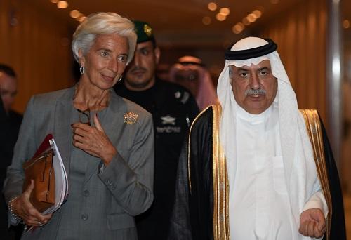 2016年10月26日,时任沙特财政大臣阿萨夫(右)在利雅得会见国际货币基金布局总裁拉添德。(法新社原料图片)