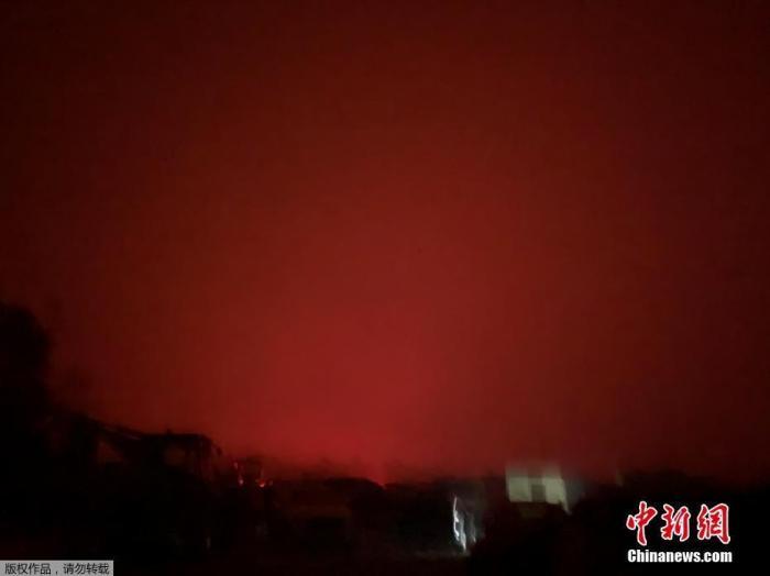 当地时间2019年12月31日,澳大利亚维多利亚州马拉库塔的天空被山火映红,数以千计的当地居民和度假游客收到撤离通知。