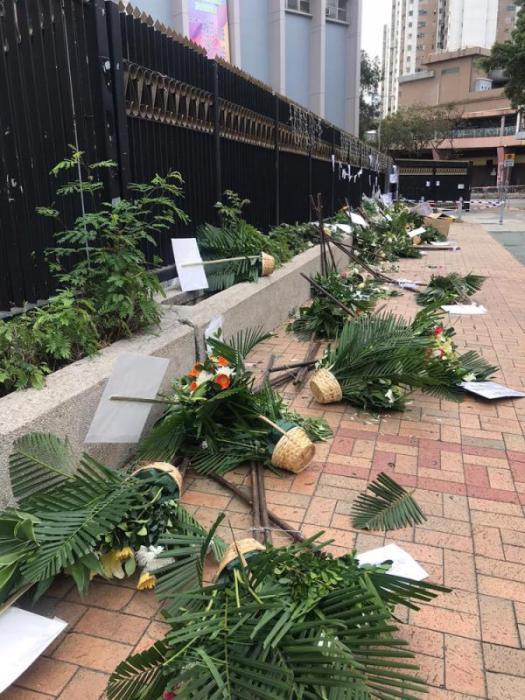 罗伯悼念现场的大批花牌被暴徒推倒。图片来源:香港《大公报》记者摄