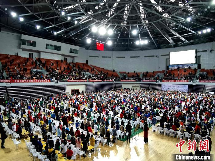 图为青海省近两千名青少年,同场竞技。 张添福 摄