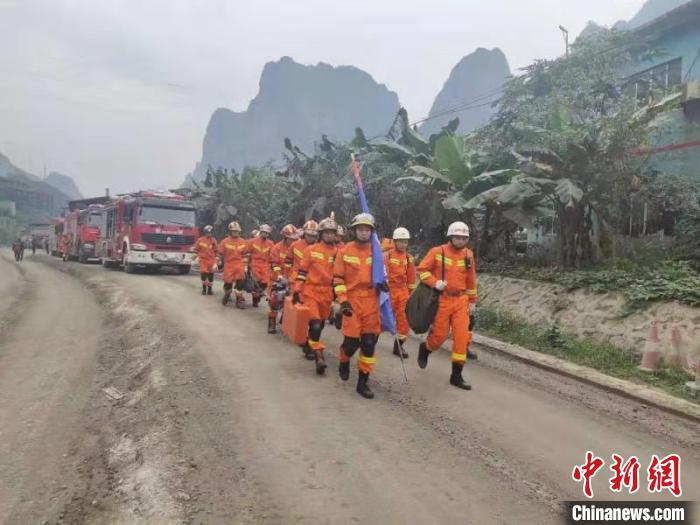图为消防救援人员赶赴灾区 雷俊康 摄