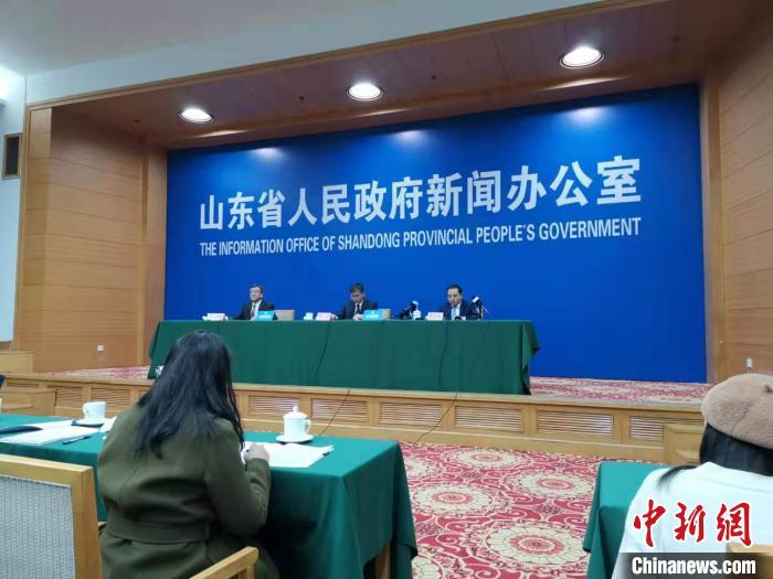 11月26日,山东省政府召开新闻发布会,解读日前印发的《关于加快5G产业发展的实施意见》《山东省推进5G产业发展实施方案》。 郝学娟 摄