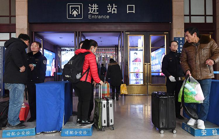 北京站安检员_北京站安检员 春运岗位上的生日会|安检员|北京站|春运_新浪新闻