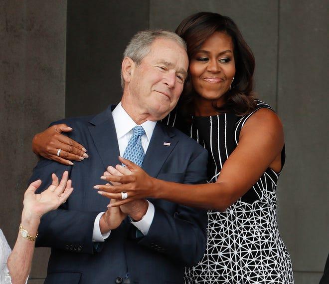 米歇尔与小布什。(图源:今日美国)