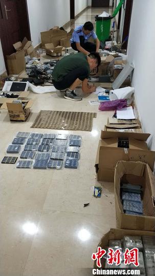 民警清点查扣的考试作弊器材。咸宁警方供图