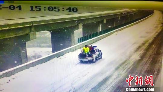 东绕城高速交警布撒融雪剂。新疆公安厅交警总队高等级公路支队挑供