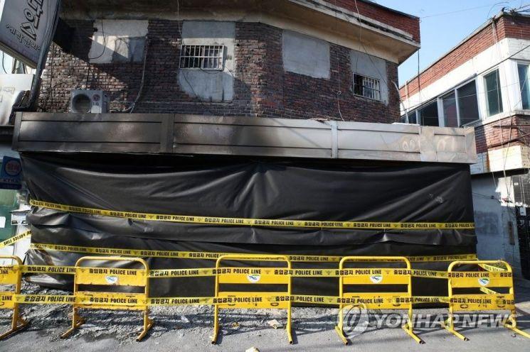 图为发生火灾的修建,其楼龄已有50年。(韩联社)