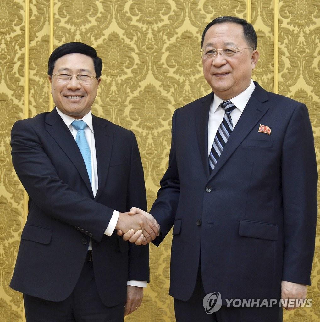 朝鲜外相李勇浩与越南副总理兼外长范平明微笑合影。(韩联社)
