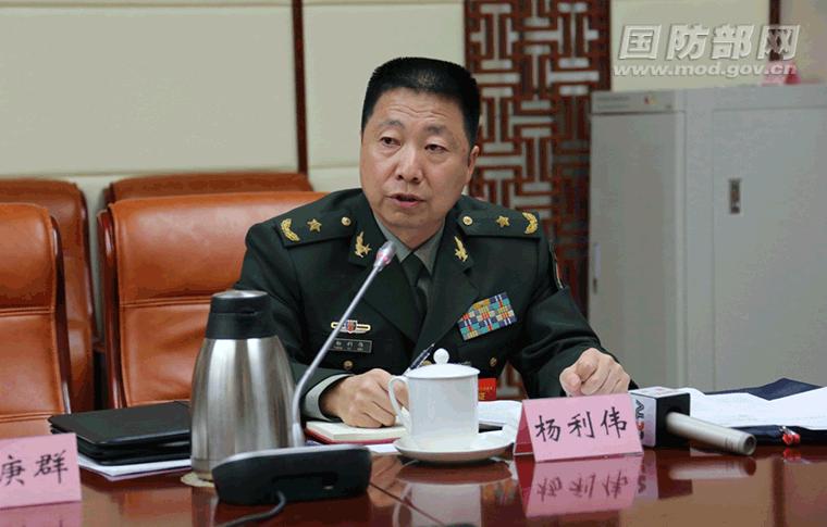 杨利伟委员在小组会议上发言。中国军网记者 孙智英 摄
